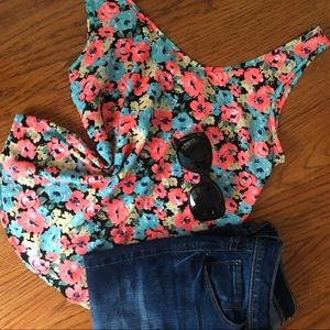Tops - 🌸BRIGHT FLORAL TOP🌸